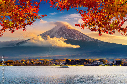 Wall mural Fuji mountain and Kawaguchiko lake at sunset, Autumn seasons Fuji mountain at yamanachi in Japan.