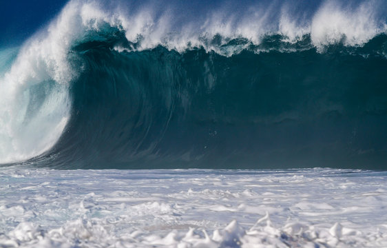 Giant breaking Ocean wave in Hawaii