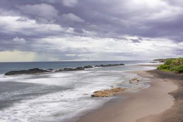 Paisaje costero tropical con nubes de tormenta