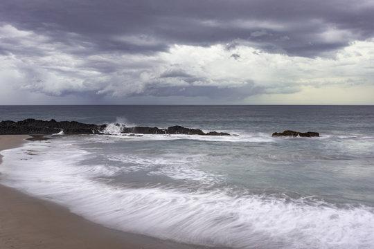 Paisaje costero con nubes de tormenta