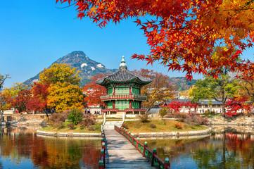 Wall Mural - Gyeongbokgung Palace in autumn,Seoul in South Korea.