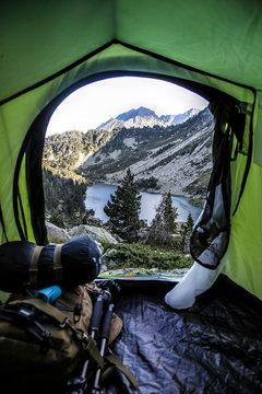 vue dans tente d'un Lac de montagne pyrenees