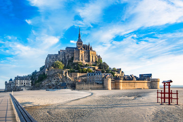 Dawn in Mont Saint Michel and its abbey with the sea at low tide Fototapete