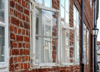 Geöffnetes Fenster mit Renovierungsbedarf