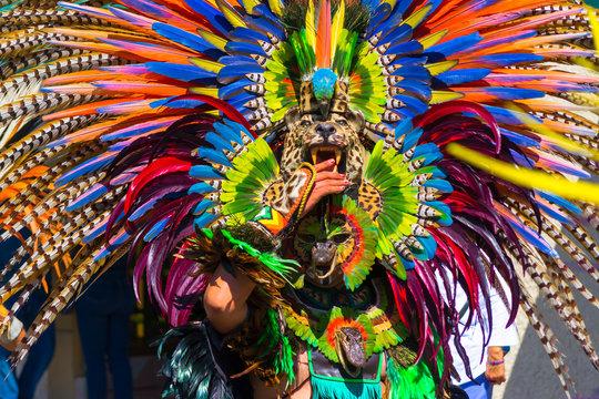 El danzante tiene un traje de piezas de animales muy llamativo.