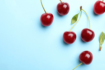 Fototapeten Kirschblüte Delicious cherries on blue background, flat lay. Space for text