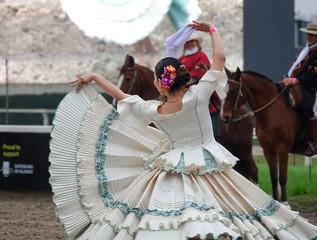 La pose en embrasure Palerme Argentinian traditional festival with gauchos and paisanas