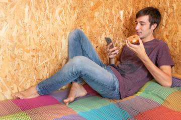 estudiando descansando con donut, student relaxing with donut