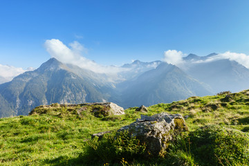 Fototapete - Morgenfrische in den Alpen im Zillertal