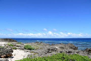 沖縄の美しい海と青い空