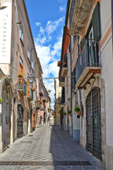 Spoed Foto op Canvas Smal steegje A narrow street between squares, monuments and colorful buildings in the town of Isernia, in Italy