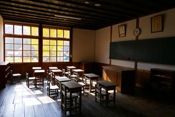 放課後、教室からの銀杏の木。喰丸 昭和 福島 日本。11月上旬。