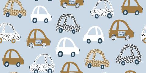 Modèle sans couture dessiné à la main pour enfants avec des voitures colorées