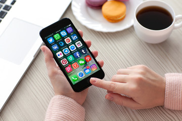set programs famous brands of social networking on iPhone 7