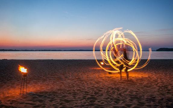 Feuerkünstler am Strand