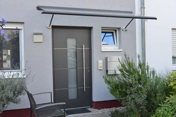 Einfacher moderner Eingangsbereich in einem neu gebauten Einfamilien-Wohnhaus