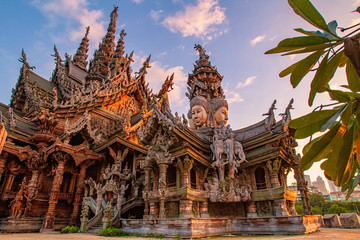 Foto auf AluDibond Kultstatte Thailand. Fragment of the Temple of truth in Pattaya. A huge wooden temple with carved decorations. Buddhist temple. Religious building in Pattaya. Tourist attraction of Thailand.