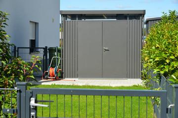 Moderne Gerätehütte, Fahrrad-Schuppen oder externer Abstellraum mit Aluminium Profilen und Kunststoff-Verkleidung