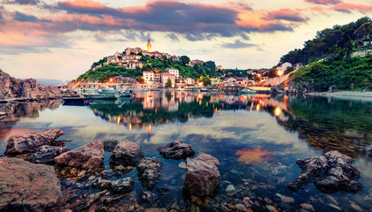 Photo sur Aluminium Europe Méditérranéenne Amazing evening cityscape of Vrbnik town. Fantastic summer seascape of Adriatic sea, Krk island, Kvarner bay archipelago, Croatia, Europe. Beautiful world of Mediterranean countries.