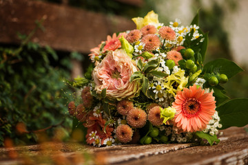 Fototapete - Colorful autumn flowers bouquet on a wooden bench