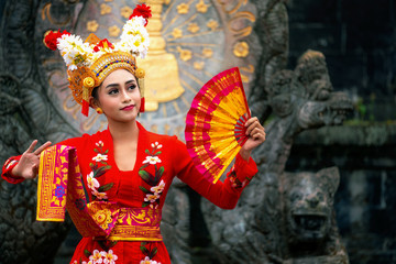 Photo sur Aluminium Bali Balinese girl performing traditional dress