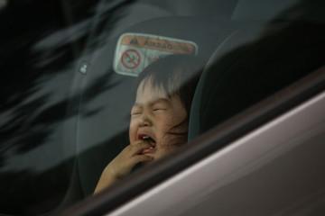 車の中で泣く赤ちゃん