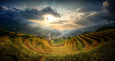 Photo sur Plexiglas Les champs de riz Terraced rice fields that resemble the letter U. Sunset evening light and low light. at Mu Cang Chai in Vietnam.