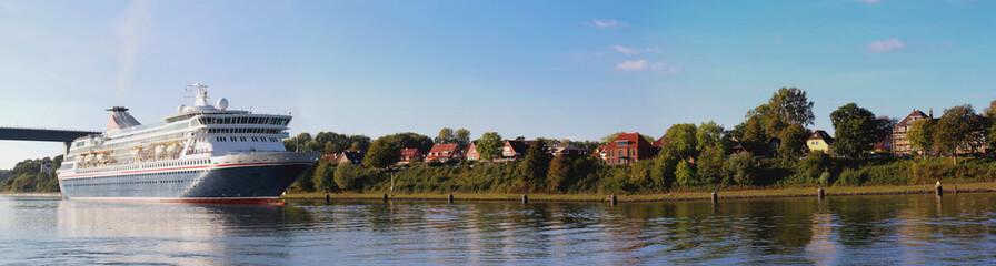 Kiel Kreuzfahrtschiff auf dem Nord-Ostsee-Kanal bei Holtenau