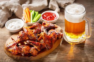 In de dag Kip plate of grilled chicken wings and mug of beer