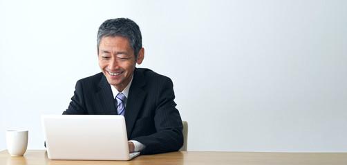 パソコンを使う中高年男性
