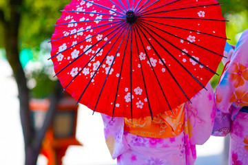 In de dag Rood traf. 赤い和傘・着物の女性