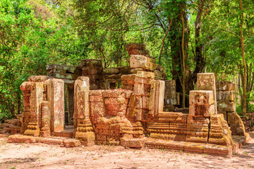 Fototapete - Awesome view of scenic ruins of Ta Prohm temple, Angkor