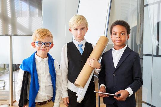 Gruppe Kinder verkleidet als Geschäftsleute