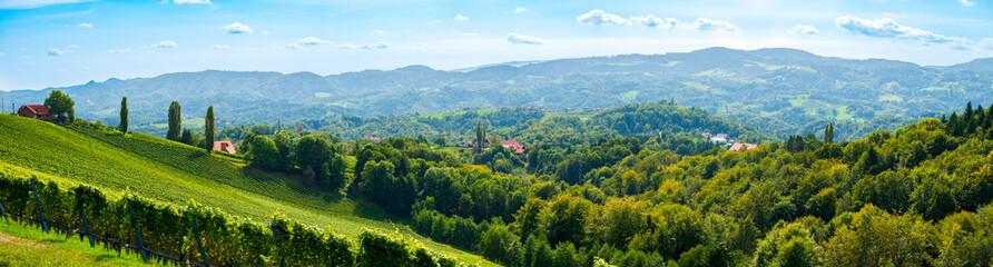 Foto auf Leinwand Himmelblau Weinberge in der Südsteiermark, Österreich, im Spätsommer