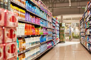 Volle Regale mit Waschmittel im Supermarkt