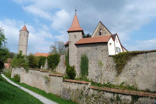 Hohe Stadtmauer mit Zwinger und Türmen in Dinkelsbühl