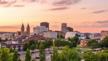 Fotomurales - Akron, Ohio, USA downtown skyline at dusk.