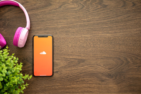 iPhone X with music service SoundCloud on the screen