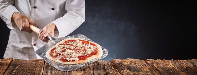 Cadres-photo bureau Pizzeria Chef making a traditional Italian pizza