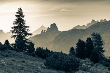 Lever de soleil sur Cinque Torri dans les Dolomites