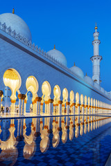 Photo sur Aluminium Abou Dabi Sheikh Zayed Grand Mosque in Abu Dhabi near Dubai illuminated at night, United Arab EMirates