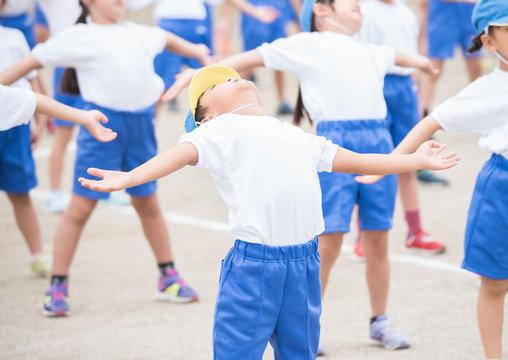 ラジオ体操をする小学生
