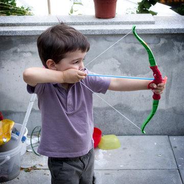 Enfant jouant avec un arc en plastique