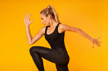 Papiers peints Fitness Fitness Girl Jumping Working Out Over Yellow Background