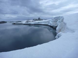 malownicze ośnieżone i skaliste wybrzeże antarktydy