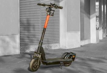 E Scooter vor einer Wand in einer einkaufsstraße