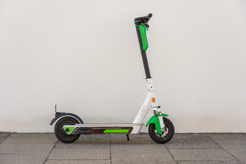 E Scooter vor einer weißen Wand