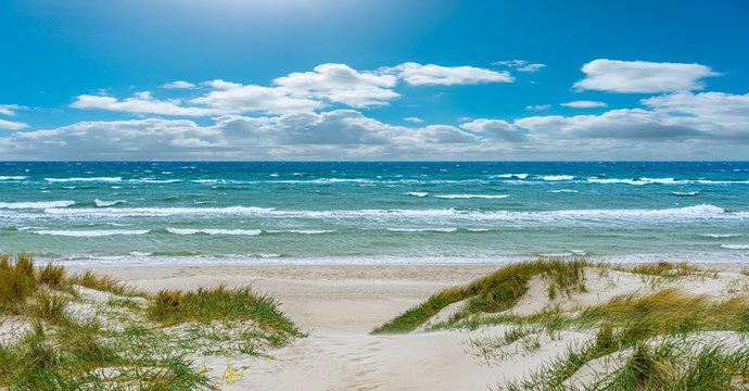 Ostseestrand Strandaufgang durch die Dünen mit Wellen auf dem Darß in mecklenburg-vorpommern