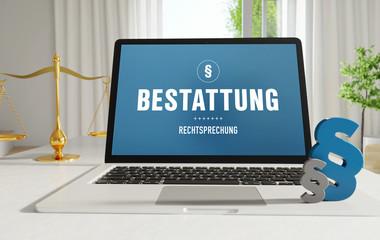 Bestattung – Laptop im Büro mit Begriff auf dem Monitor. Paragraf und Waage. Recht, Gesetz, Internet.