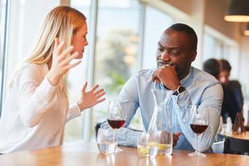 Junge Frau streitet mit ihrem afrikanischen Freund